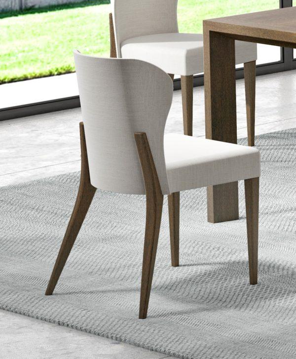 Silla tapizada con patas de madera
